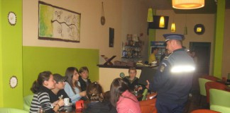 elevi in bar