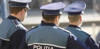 politisti cu spatele