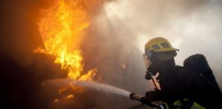 pompierii in actiune la incendiul de la o casa