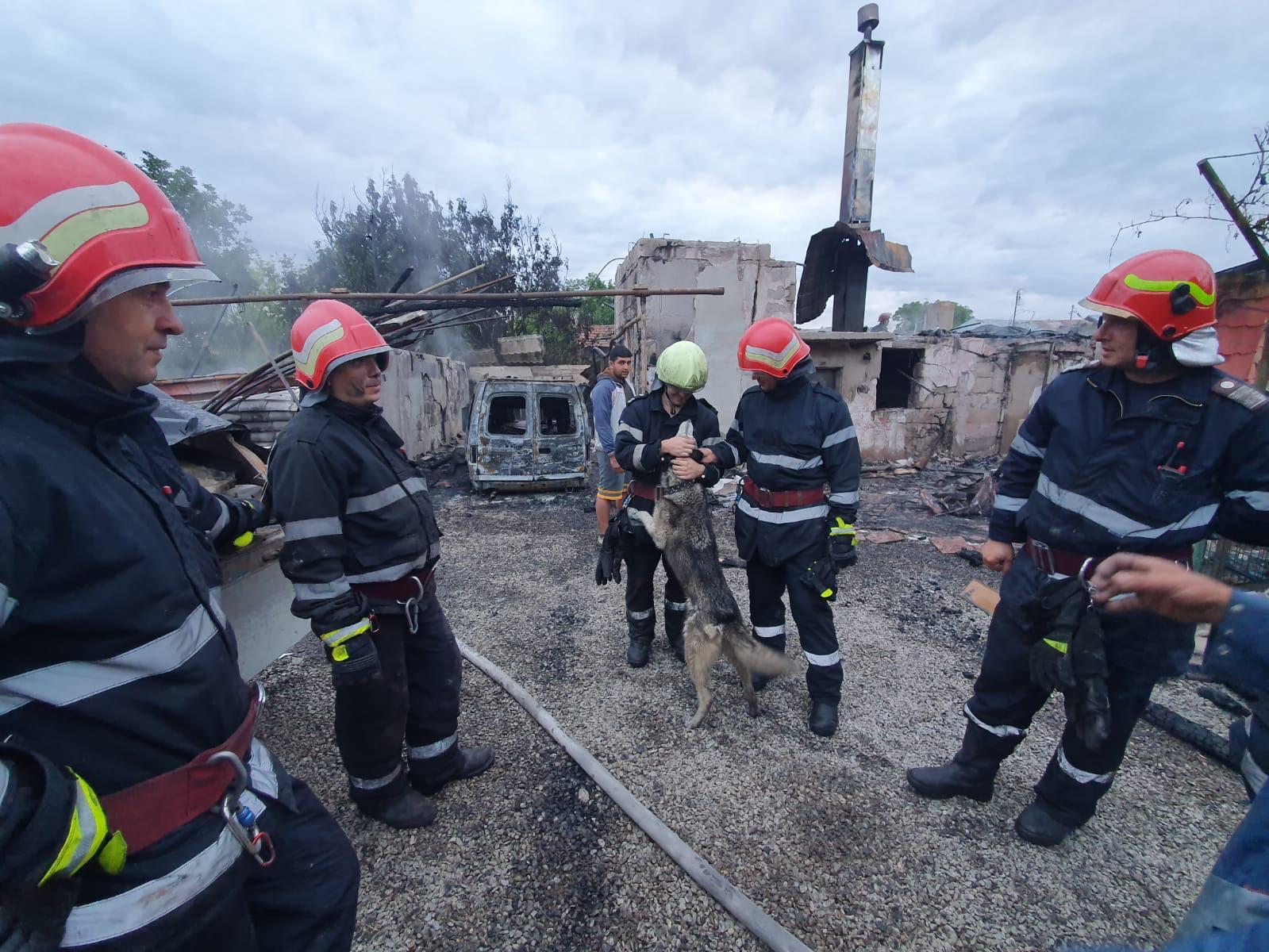 Incendiu în Vălenii de Munte. O casă, cuprinsă de flăcări