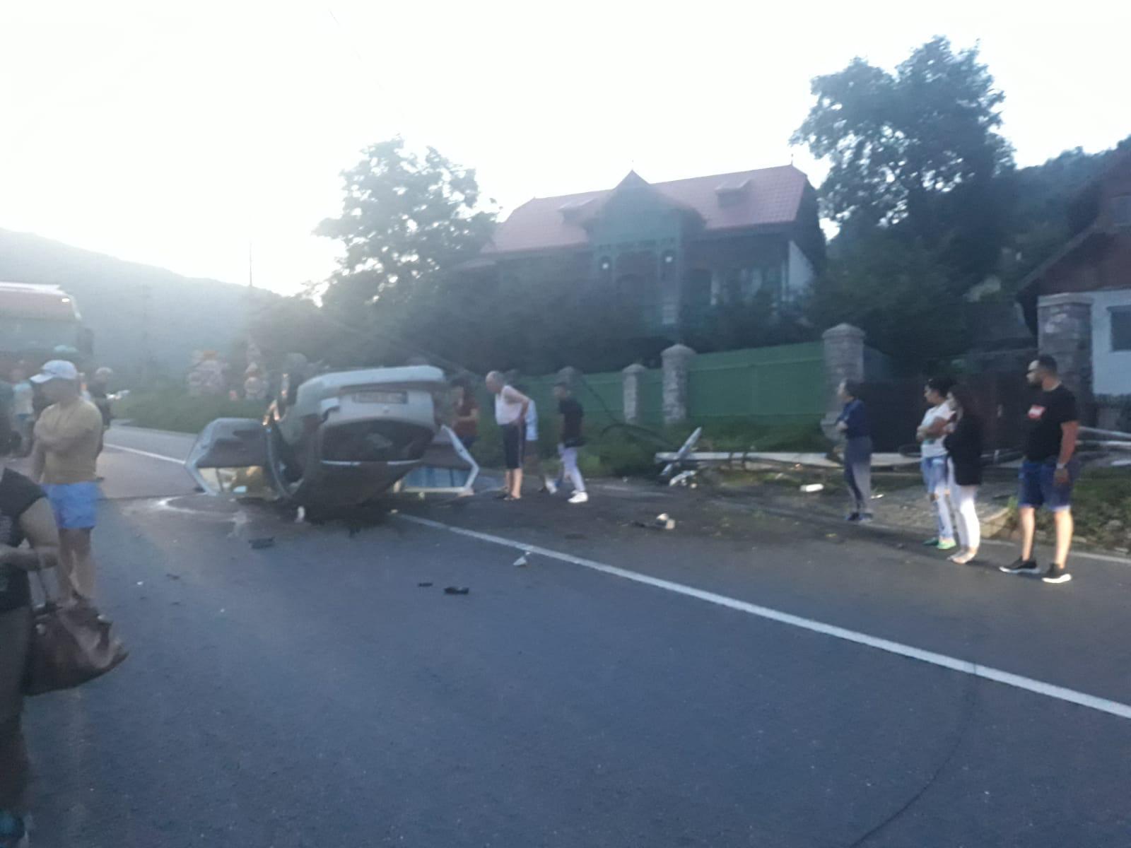 FOTO Accident la Comarnic: o șoferiță a rupt un stâlp, apoi s-a răsturnat cu mașina