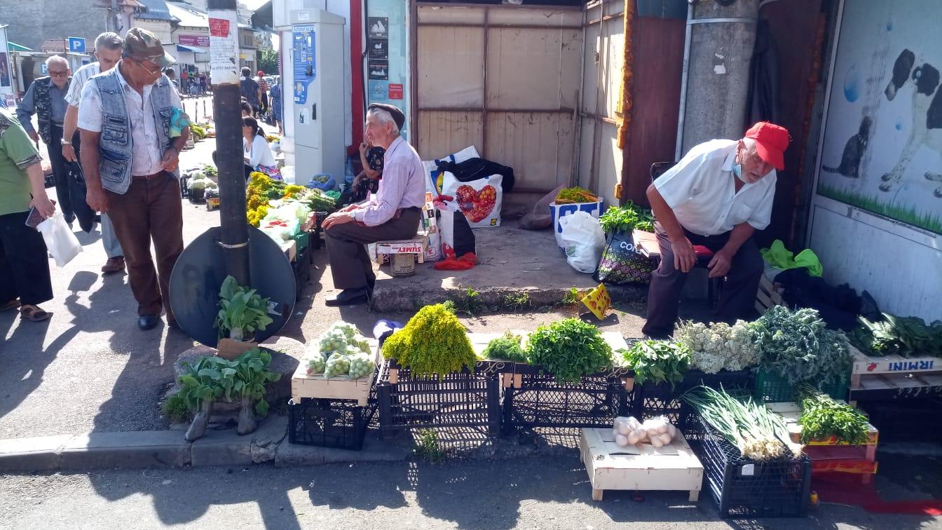 VIDEO+FOTO: Tarabele cu tarif social au fost scoase din Piața Centrală, iar țăranii își vând produsele pe jos