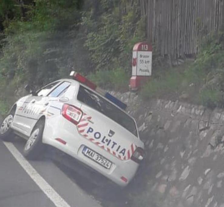 UPDATE FOTO: Mașină de poliție, implicată într-un accident la Posada