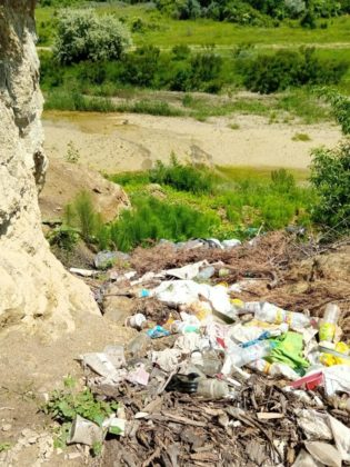 FOTO: Primăria Iordăcheanu, amendată pentru gunoaiele aruncate la marginea drumului 2